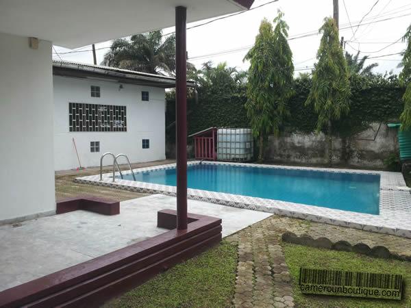 Villa meubl e avec piscine douala bonapriso for Meuble tv yaounde