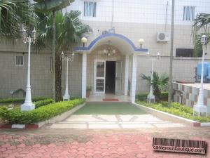 Location esplanade Yaoundé Ekoumdoum