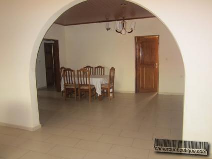 Salle à manger appartement meublé Yaoundé Odza Auberge Bleue