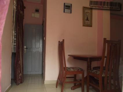 Salle à manger studio meublé à louer à Yaoundé Djoungolo