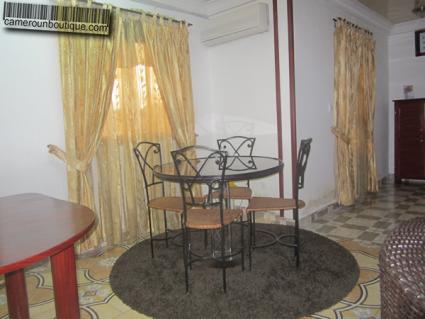 Salle à manger appartement meublé Yaoundé Nlongkak Mballa 2